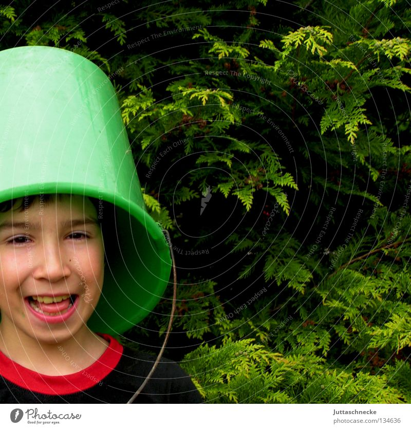 Stehlampe Kind Freude dunkel Junge lachen lustig Fröhlichkeit geheimnisvoll verstecken grinsen Gelächter Versteck Eimer Tarnung kopflos Kübel