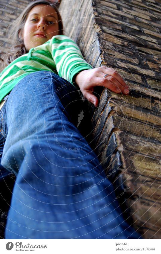 von oben herab Frau Mädchen feminin Jugendliche stehen Froschperspektive Perspektive verschoben Hose Gürtel Pullover gestreift grell grün Hand Finger Zopf