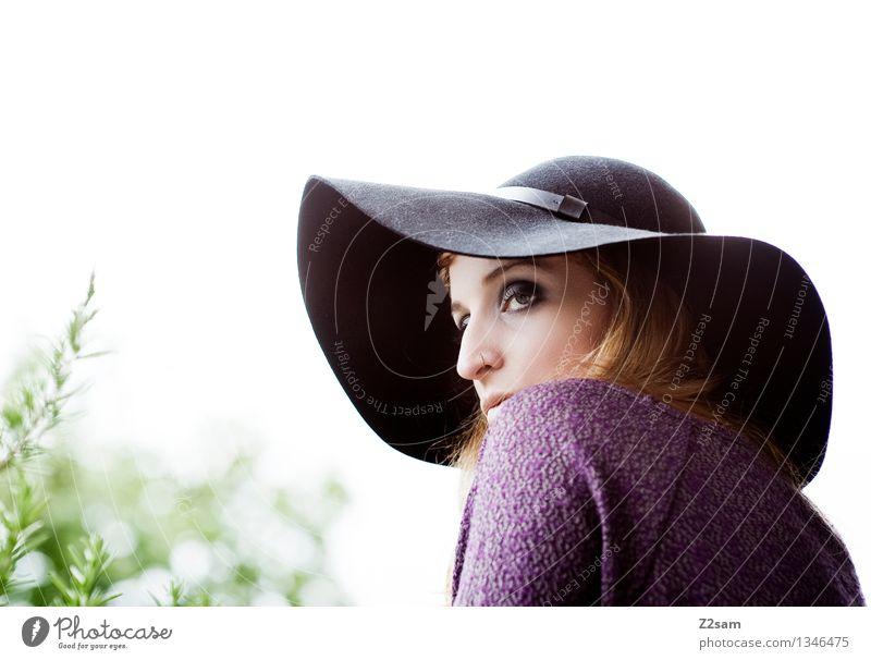 Autum 2015 Lifestyle elegant Stil schön feminin Junge Frau Jugendliche 18-30 Jahre Erwachsene Natur Herbst Baum Sträucher Mode Pullover Piercing Hut blond