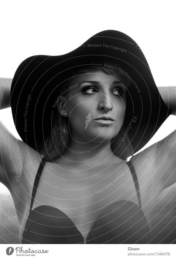 Junge Frau modisch im Stil der 50er Jahre elegant schön feminin Jugendliche 18-30 Jahre Erwachsene Mode BH reizvoll Hut blond Erotik natürlich stark