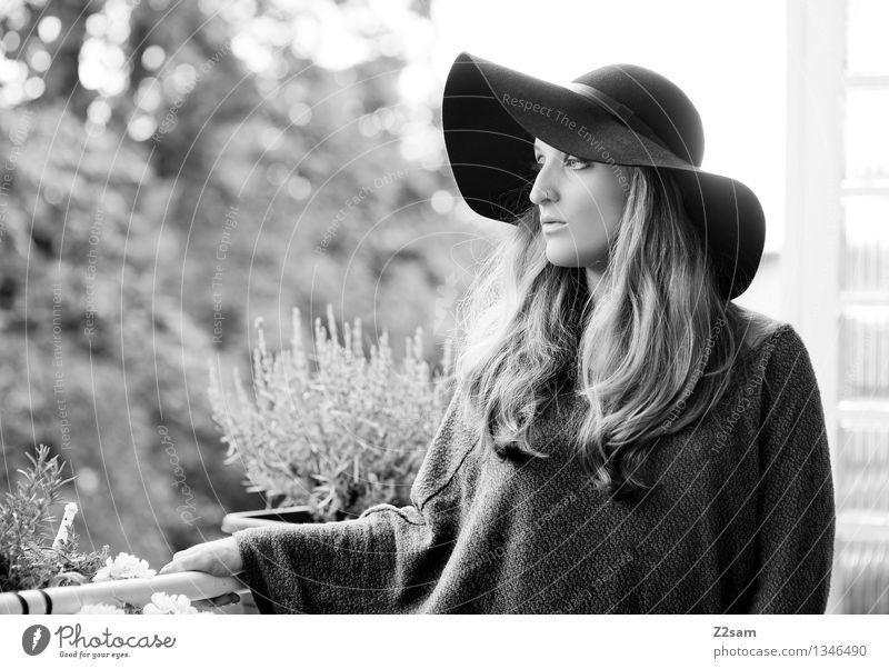 Träumerin Lifestyle elegant Stil feminin Junge Frau Jugendliche 18-30 Jahre Erwachsene Landschaft Herbst Schönes Wetter Mode Pullover Hut blond langhaarig