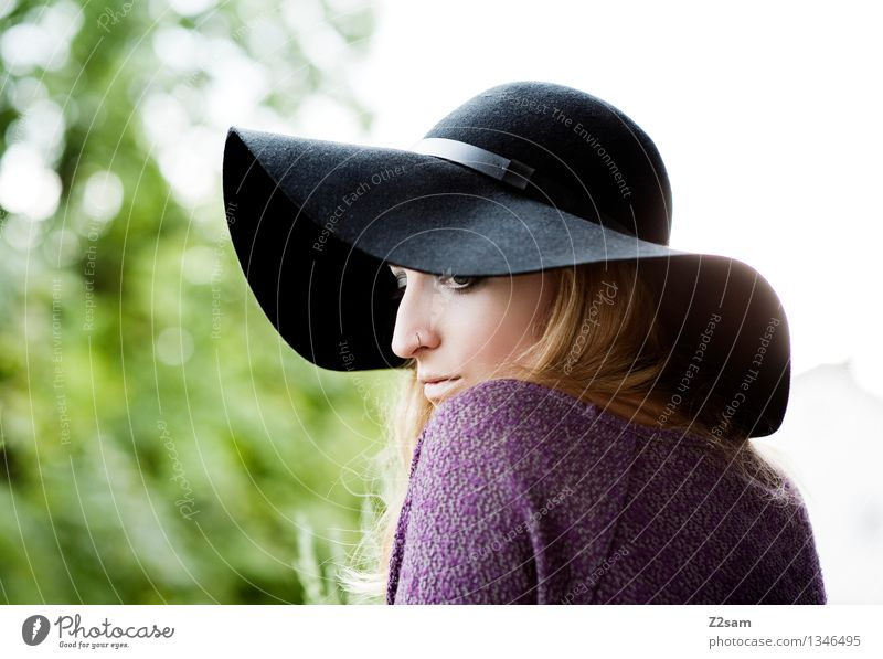 Frau L Lifestyle elegant Stil feminin Junge Frau Jugendliche 18-30 Jahre Erwachsene Herbst Schönes Wetter Baum Sträucher Mode Pullover Piercing Hut blond