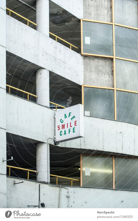 Bitte lächeln Stadt Bauwerk Gebäude Fassade Beton Metall Schriftzeichen Schilder & Markierungen dunkel hässlich kalt retro trashig trist grau Enttäuschung