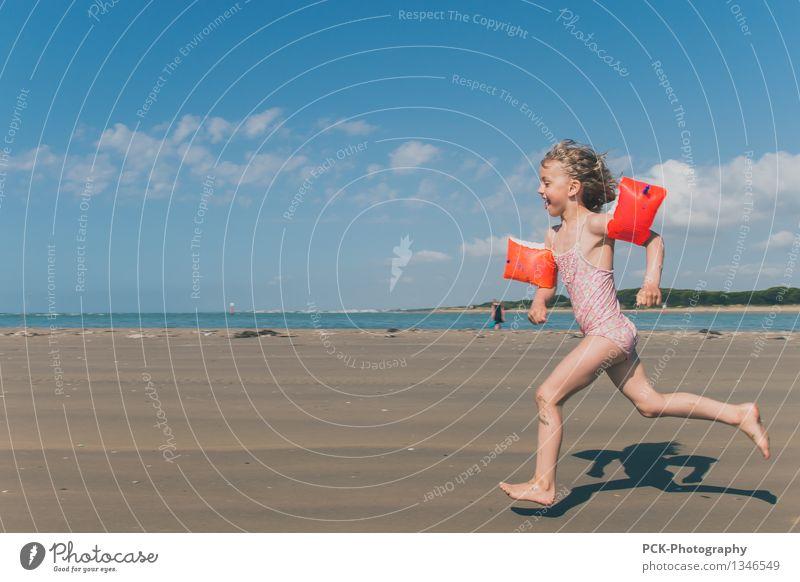StrandläuferIn feminin Kind Kleinkind Mädchen 1 Mensch 3-8 Jahre Kindheit Sand Frühling Sommer Herbst Schönes Wetter Meer Mittelmeer Adria lachen laufen rennen