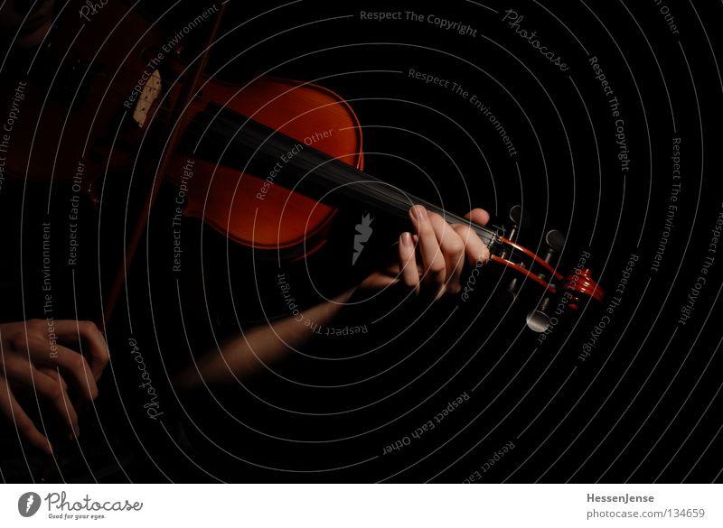 Hand 29 Hoffnung Geige Orchester Finger Saite schwarz dunkel Gefühle Spielen Konzentration Kunst Kultur Freude Viloline Musik Leidenschaft Arme fangen