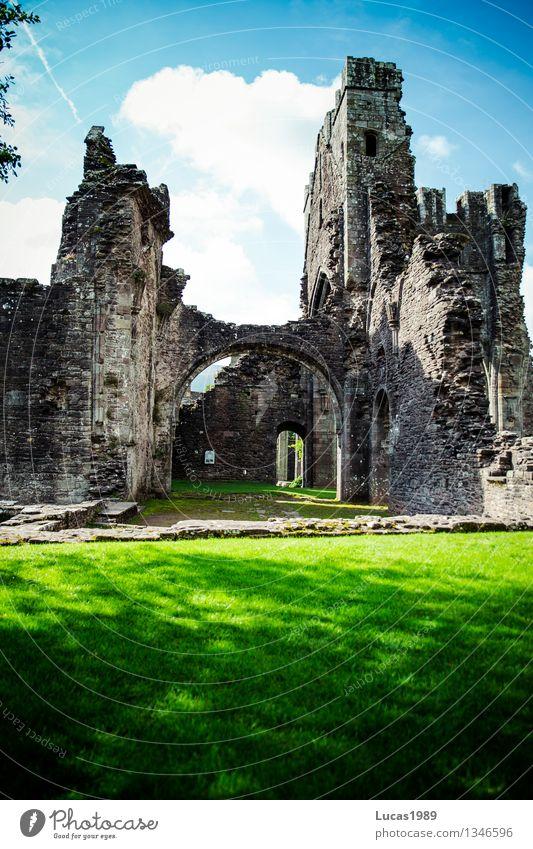 Geheimnisvoll Umwelt Natur Himmel Wolken Sonne Sommer Schönes Wetter Gras Wiese Wales Kirche Dom Palast Burg oder Schloss Ruine Bauwerk Gebäude Architektur