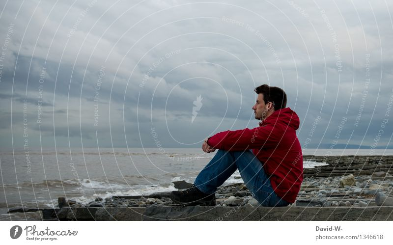 dem Klang des Meeres lauschen Mensch Ferien & Urlaub & Reisen Jugendliche Mann Wasser Erholung Junger Mann ruhig Wolken Ferne Erwachsene Leben Küste Freiheit