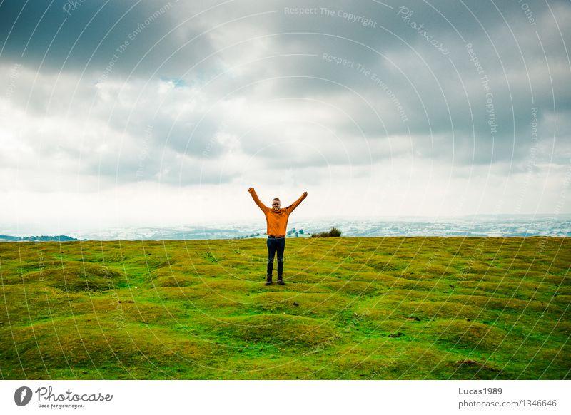 Abenteuer Mensch Himmel Natur Ferien & Urlaub & Reisen Jugendliche Mann Pflanze Junger Mann Landschaft Wolken Freude Erwachsene Umwelt Wiese Gras Glück