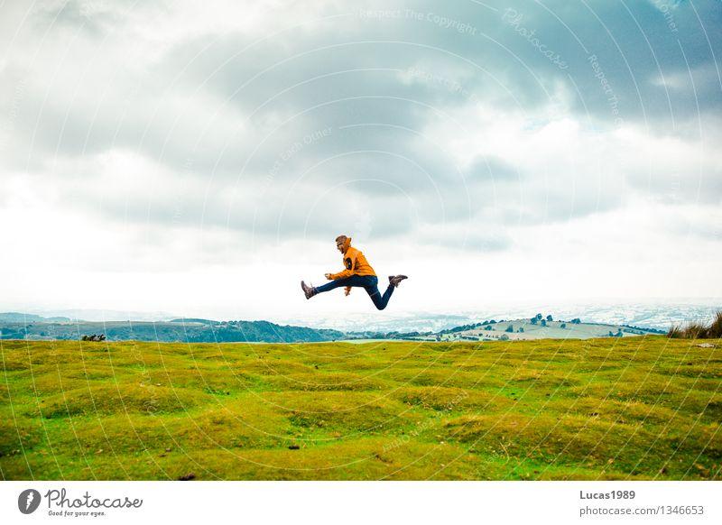 Abenteurer oder Wanderer springt hoch auf grüner Wiese Lifestyle Freizeit & Hobby Ferien & Urlaub & Reisen Tourismus Ausflug Abenteuer Ferne Freiheit Expedition