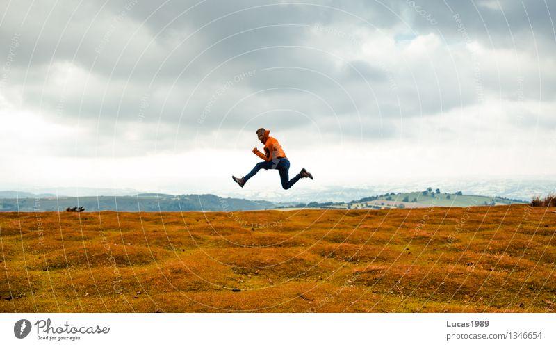 Jump! Jump! Jump! Mensch Natur Ferien & Urlaub & Reisen Jugendliche Mann Junger Mann Landschaft Wolken Ferne 18-30 Jahre Erwachsene Umwelt gelb Wiese Gras grau