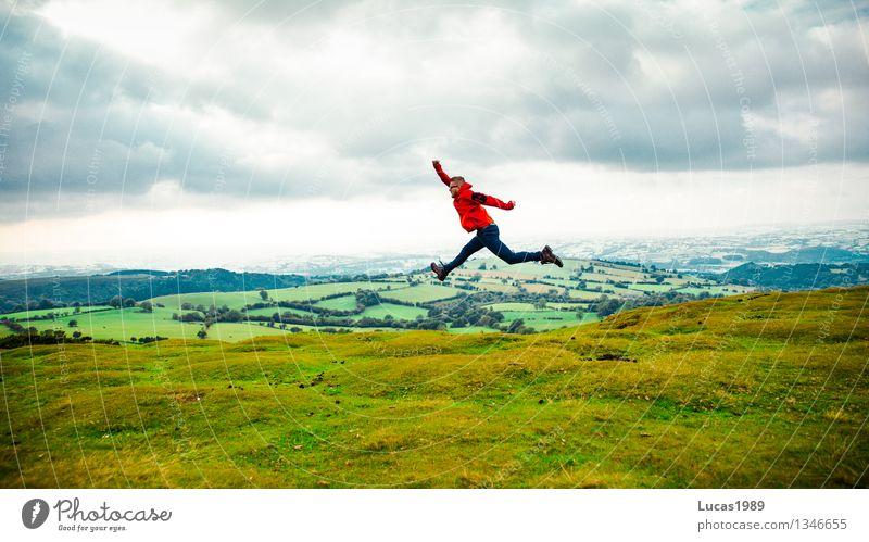 Wanderlust Mensch Natur Ferien & Urlaub & Reisen Jugendliche Mann grün Junger Mann Landschaft Wolken Freude Ferne Erwachsene Gefühle Wiese Gras Glück