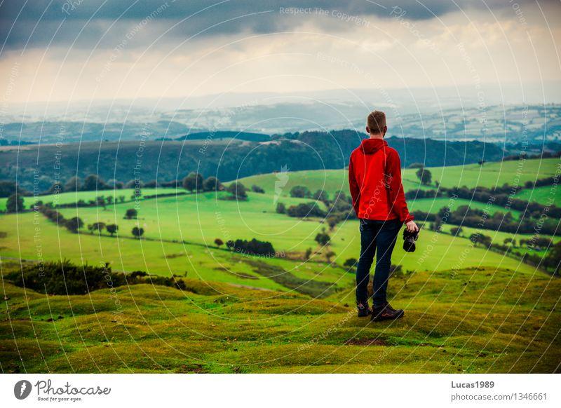 junger Mann vor hügeliger Landschaft Ferien & Urlaub & Reisen Tourismus Abenteuer Ferne Freiheit wandern Mensch maskulin Junger Mann Jugendliche Erwachsene 1