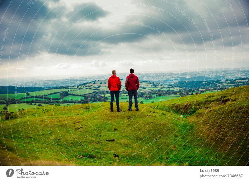 Wanderer Mensch Himmel Natur Ferien & Urlaub & Reisen Jugendliche Mann Erholung Junger Mann Landschaft Wolken Ferne 18-30 Jahre Berge u. Gebirge Erwachsene Umwelt Gras