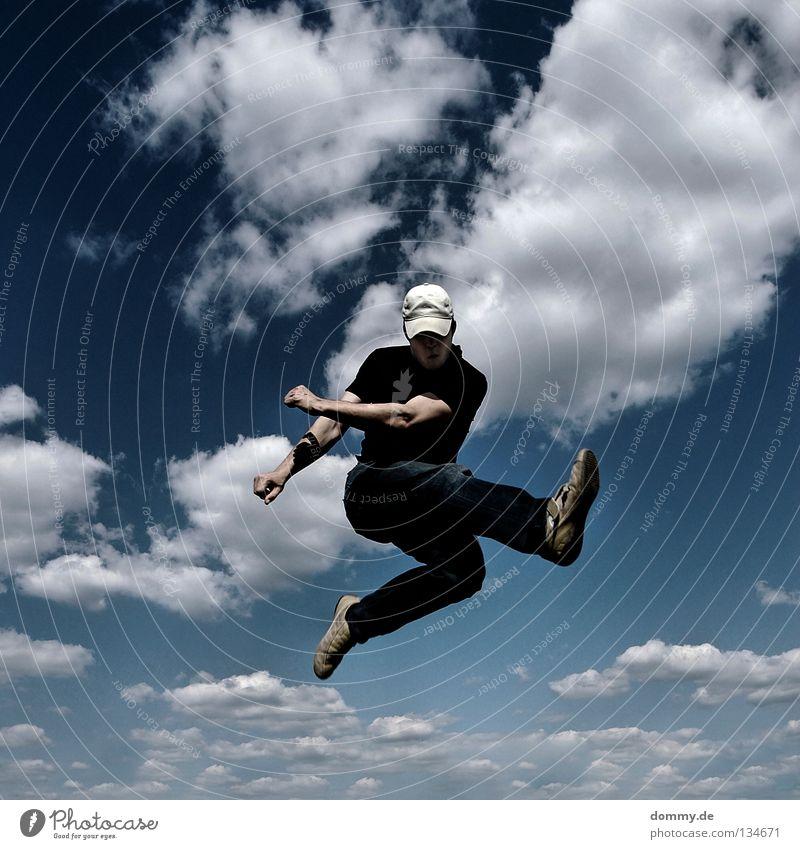 kick off Mann Kerl gefroren Wolken Sommer Mütze Hose Hemd Hand Finger Schweben springen Kick treten Anstoß Spielen Anspannung Freude fliegen Luftverkehr Himmel