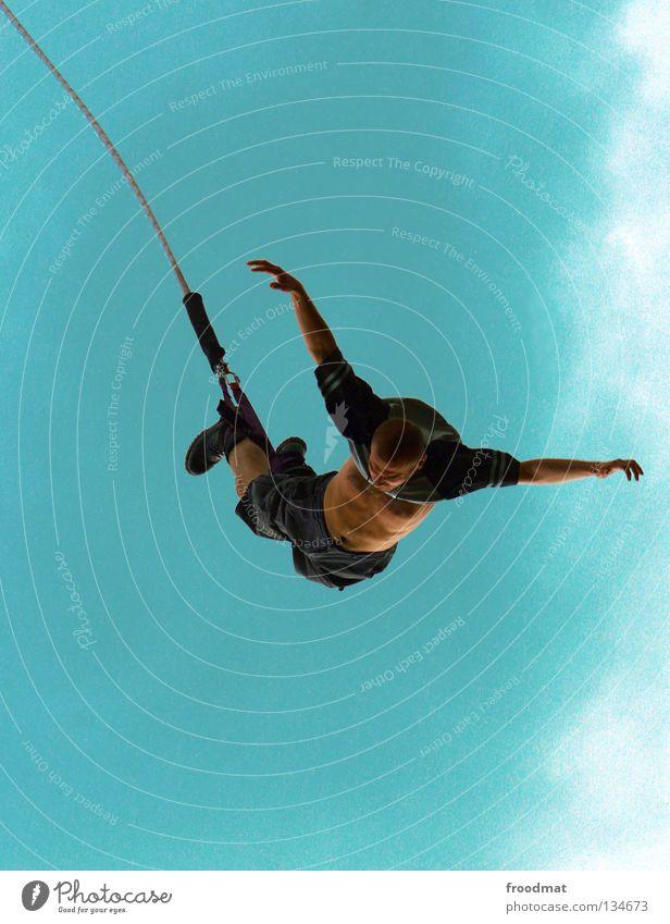 Bungee hängen springen Sport Freude anstrengen akrobatisch elastisch Angst Mut verrückt gefährlich Jugendliche Mann befestigen bauchfrei kopflos Kick