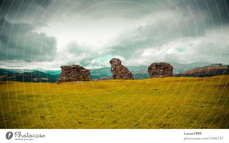 Reste einer Burg Natur Ferien & Urlaub & Reisen alt grün Landschaft Wolken Umwelt Wand Wiese Gras Mauer Freiheit Fassade Regen Tourismus Wind