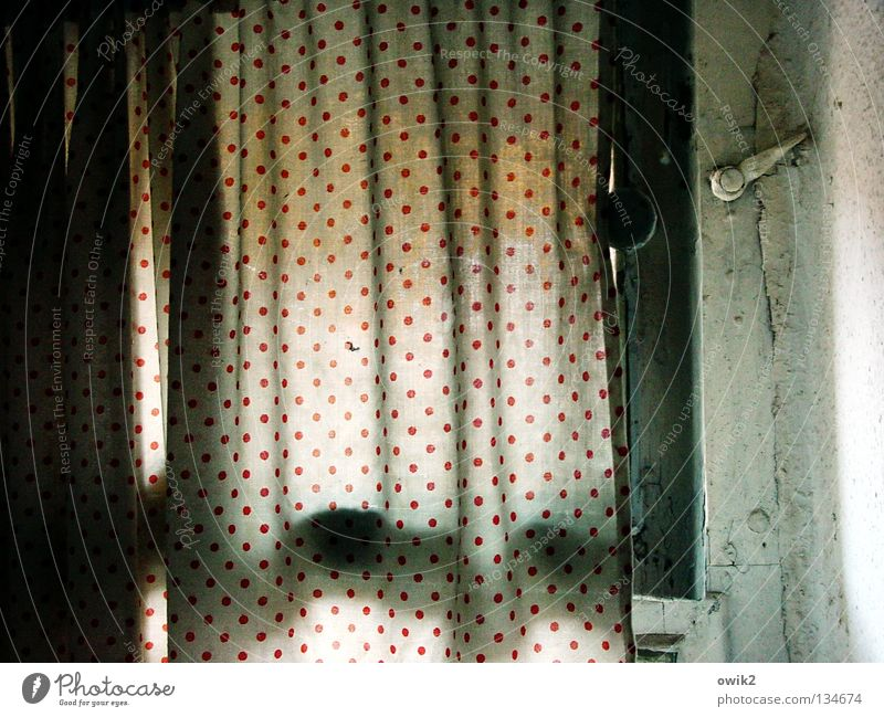 In der Kammer alt Fenster klein offen Ecke Bad Falte Toilette Vorhang Haushalt Spalte gepunktet schmal Faltenwurf Belüftung