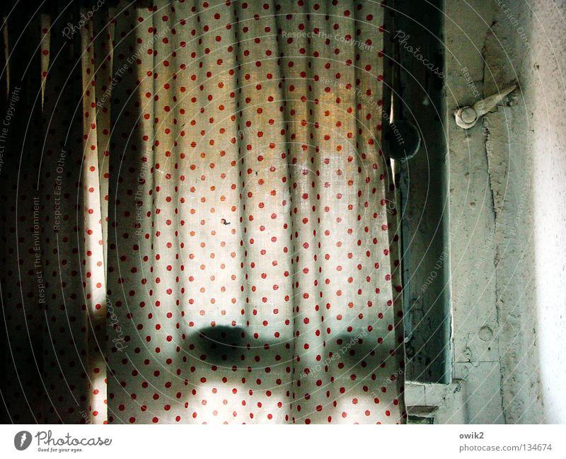 In der Kammer alt Fenster klein offen Ecke Bad Falte Toilette Vorhang Haushalt Spalte gepunktet schmal Faltenwurf Kammer Belüftung