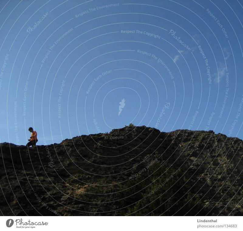 Jump the Hill Kind Himmel blau Berge u. Gebirge Junge springen orange Felsen hoch Klettern Hügel Pullover Kerl