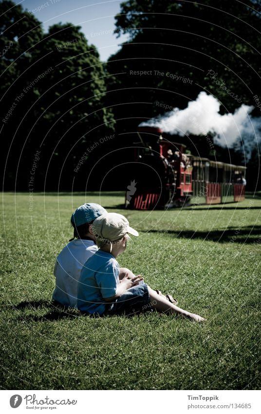 Idyll Kind Sommer Ferien & Urlaub & Reisen Erholung Spielen Garten Familie & Verwandtschaft Park Eisenbahn Spielzeug Rauch Mütze Erwartung Spielplatz Wasserdampf staunen