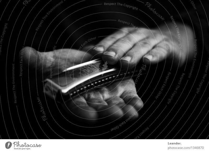 Mundharmonika in der Hand Mann schwarz Erwachsene Leben Senior Kunst Stimmung maskulin Freizeit & Hobby Musik ästhetisch 45-60 Jahre Kreativität einzigartig