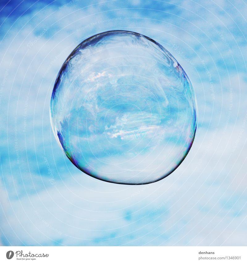 Seifenblase blau Wasser ruhig Wolken Spielen fliegen glänzend Glas Lebensfreude Flüssigkeit Meditation Kugel Leichtigkeit Kindergarten Straßenkunst