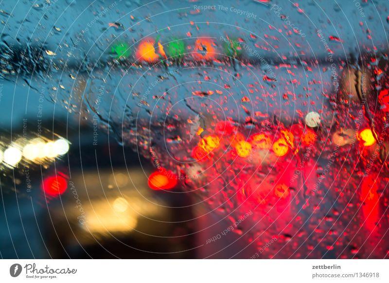 Autobahn again Berufsverkehr Verkehrsstau Regen Regenwasser Herbst Wetter Windschutzscheibe Fenster Autofenster Wassertropfen Licht Scheinwerfer