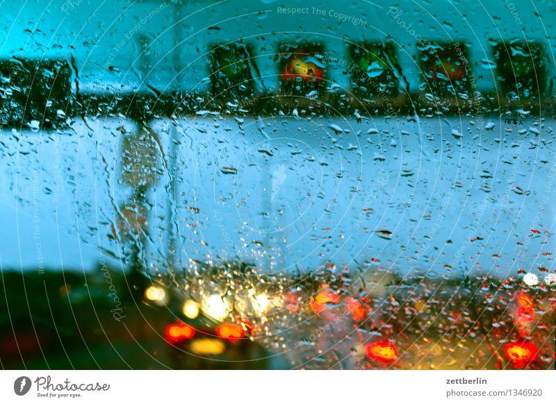 Stau Autobahn Berufsverkehr Verkehrsstau Regen Regenwasser Herbst Wetter Windschutzscheibe Fenster Autofenster Wassertropfen Licht Scheinwerfer Autoscheinwerfer