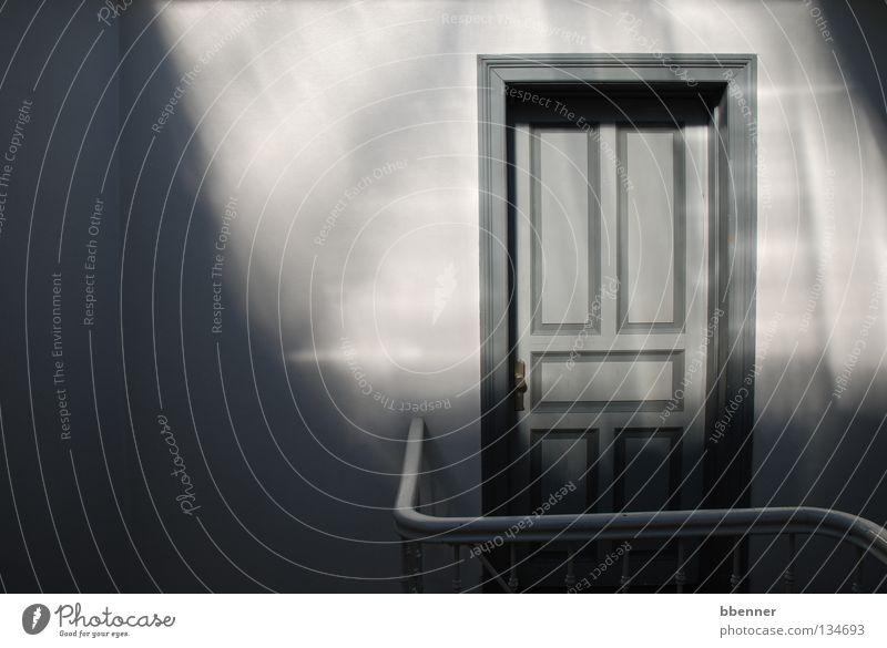 Treppenhaus II Sonne ruhig Einsamkeit grau Wärme Glas Tür geschlossen Physik geheimnisvoll Etage Geländer Lack Dachboden
