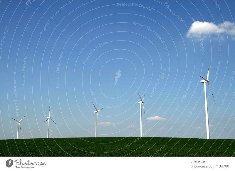 Neue Energie in Reih und Glied Himmel blau Wolken Feld Wind Wetter hoch Industrie Energiewirtschaft Elektrizität neu Niveau Flügel Sauberkeit Windkraftanlage