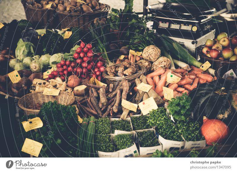 Diverses Gemüse auf Markt Bioprodukte Obst- oder Gemüsestand Lebensmittel Marktstand Salat Salatbeilage Petersilie Möhre Kiste Ernährung Vegetarische Ernährung