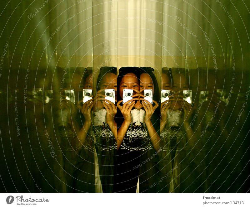 multiple persönlichkeit Deutschland Porträt Spiegel grün Fotograf Fotokamera Fotografieren Konzentration Suche Spiegelreflexkamera Digitalkamera Sonnenblende