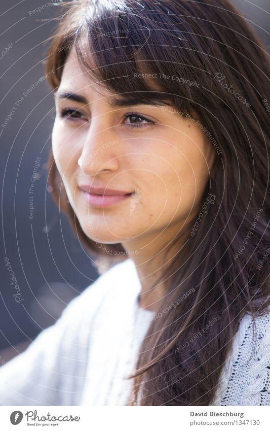 Blick in die Ferne feminin Junge Frau Jugendliche Kopf Gesicht 1 Mensch 18-30 Jahre Erwachsene Pullover brünett langhaarig Zufriedenheit Optimismus Akzeptanz