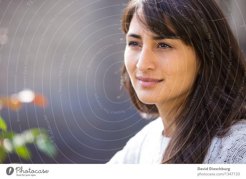 Wärme auf der Haut spüren feminin Junge Frau Jugendliche Kopf Gesicht 1 Mensch 18-30 Jahre Erwachsene Garten Park brünett langhaarig Zufriedenheit
