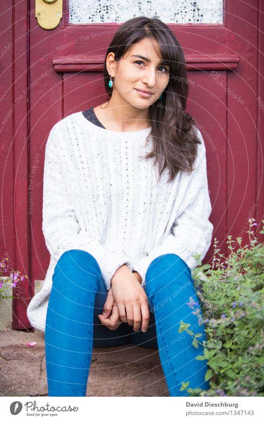 Sitzen bleiben feminin Junge Frau Jugendliche Körper Kopf Gesicht Arme Hand Beine 1 Mensch 18-30 Jahre Erwachsene Frühling Herbst Schönes Wetter Pflanze Garten