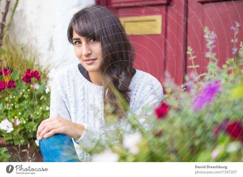 Sitting, relaxing, waiting... Mensch Natur Jugendliche Pflanze schön Sommer Junge Frau Erholung Blume Hand ruhig 18-30 Jahre Gesicht Erwachsene Frühling Herbst