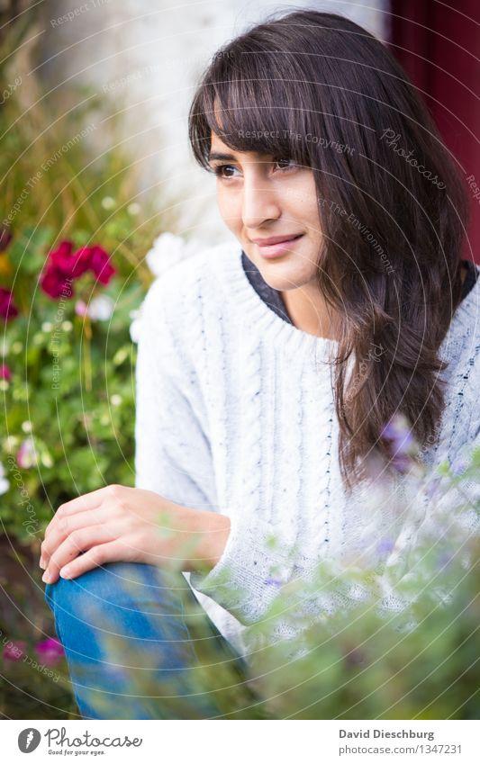 Zufrieden feminin Junge Frau Jugendliche Kopf Gesicht 1 Mensch 18-30 Jahre Erwachsene Frühling Sommer Herbst Schönes Wetter Pflanze Blume Garten Park Pullover