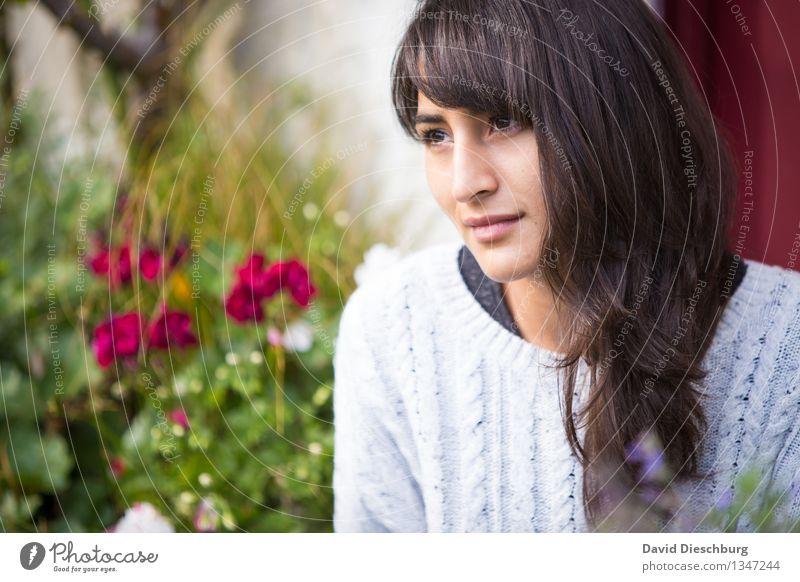 Gedanken schweifen lassen Mensch Natur Jugendliche schön Sommer Junge Frau Blume ruhig 18-30 Jahre Gesicht Erwachsene Frühling Herbst feminin Garten Kopf