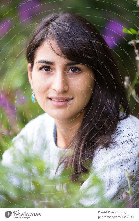 Tiefe in ihren Augen feminin Junge Frau Jugendliche Kopf Gesicht 1 Mensch 18-30 Jahre Erwachsene Pullover brünett langhaarig Zufriedenheit Frühlingsgefühle
