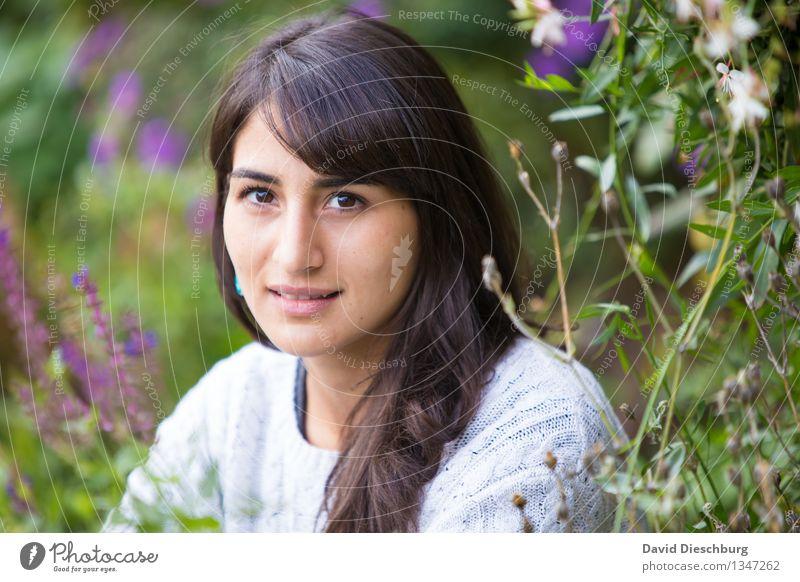 Ruhezone feminin Junge Frau Jugendliche Kopf Gesicht 1 Mensch 18-30 Jahre Erwachsene Frühling Sommer Herbst Schönes Wetter Pflanze Blume Garten Park Pullover