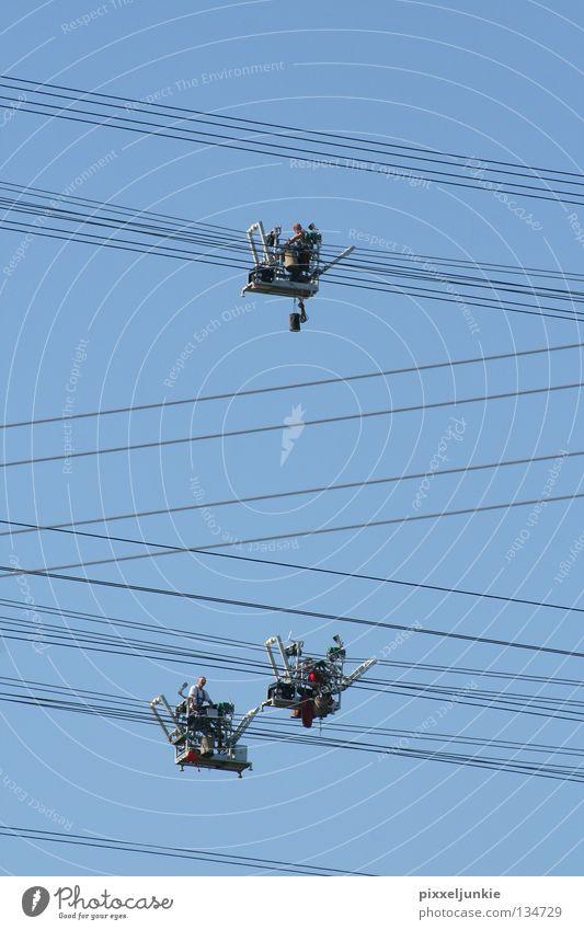 Balance-Akt in Luftiger Höhe Elektrizität luftig gefährlich Industrie hoch Niveau Leitung blau Gefährt bedrohlich