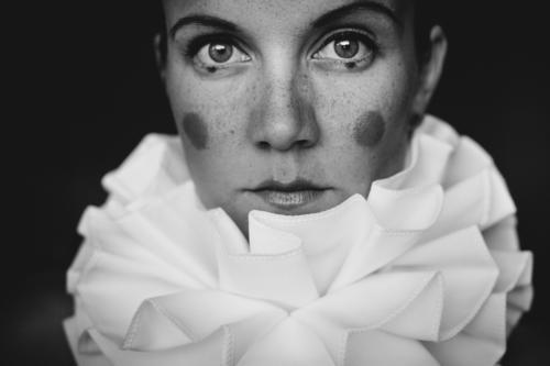 harlequin Schminke Frau Erwachsene 1 Mensch 18-30 Jahre Jugendliche Schal Kragen schön Surrealismus träumen Clown Karnevalskostüm Schwarzweißfoto Innenaufnahme