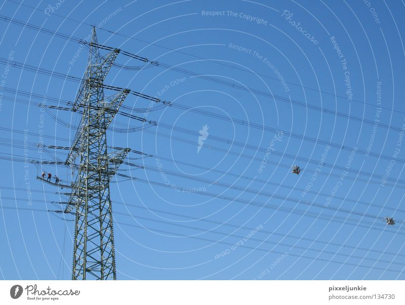 Arbeit in luftiger Höhe Elektrizität Ferne gefährlich Strommast Industrie hoch Niveau Leitung bedrohlich