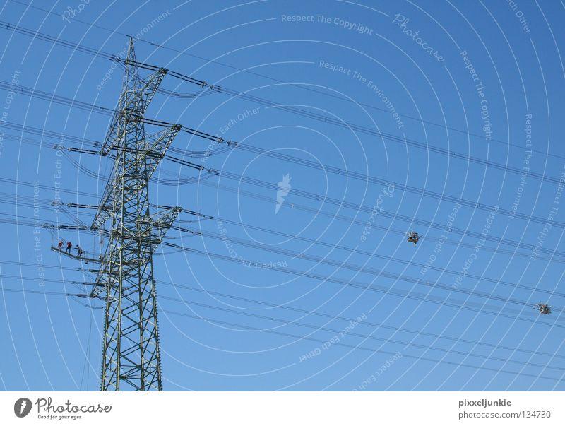 Arbeit in luftiger Höhe Ferne hoch Industrie Elektrizität gefährlich Niveau bedrohlich Strommast Leitung luftig