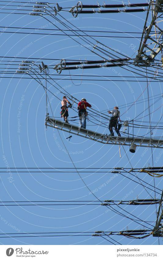 Hartes Handwerk in der Luft Elektrizität gefährlich Technik & Technologie Niveau bedrohlich Leitung schwer luftig Elektrisches Gerät