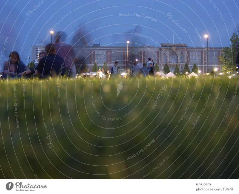 Geister Mensch Berlin Wiese Gras Menschengruppe Park sitzen Laterne