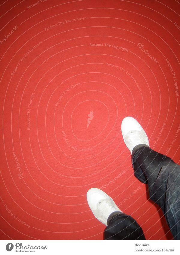 Roter Teppich rot Schuhe weiß Hose Laufsteg Blitzlichtaufnahme Köln Ausstellung Messe Club Bekleidung Jeanshose Turnschuh Kunst