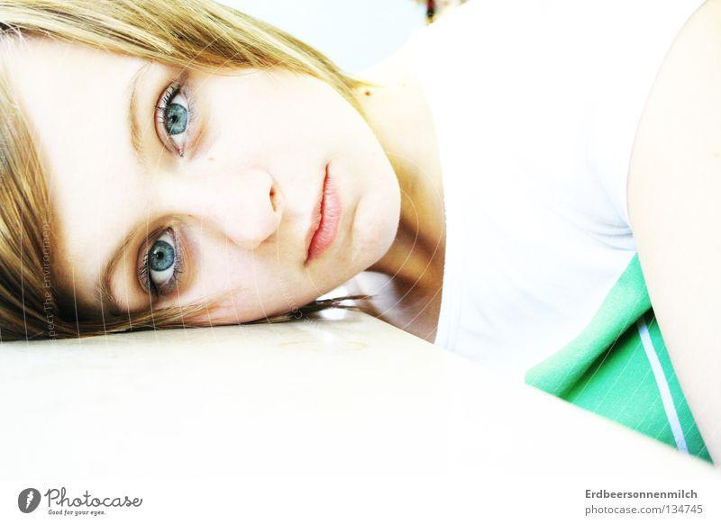 Ein Augenblick Trauer Einsamkeit Wand grün atmen Kommunizieren blau hell Traurigkeit sanft Blaue Augen Geruch Blabla Momentaufnahme