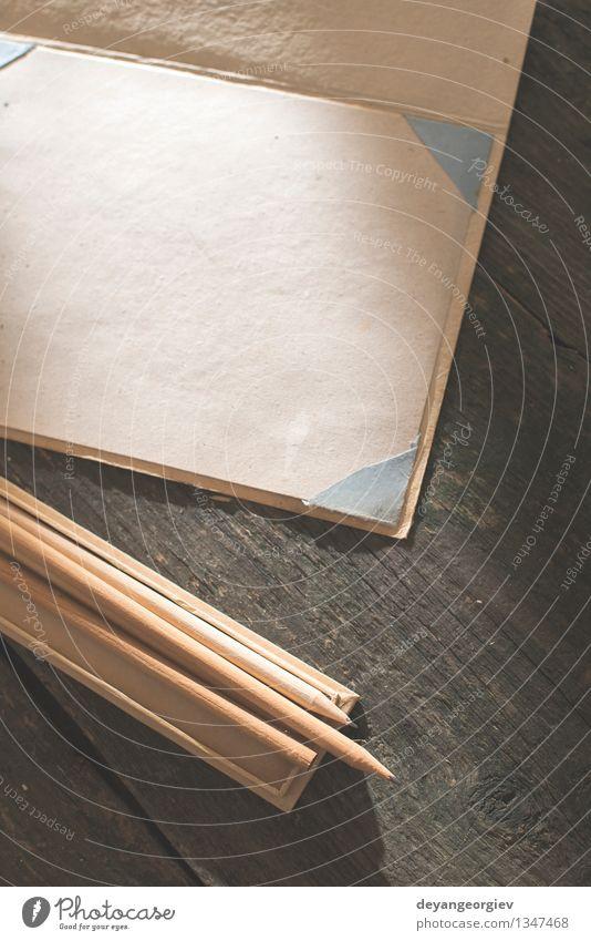 Vintage Bleistift und Zeichenpapier Design Schreibtisch Tisch Tapete Schule Kunst Buch Papier Schreibstift alt zeichnen schreiben retro braun weiß Idee