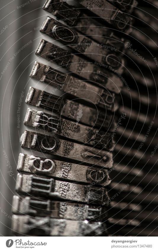 Metallbuchstaben auf Schreibmaschine. Drucker alt retro Tradition Brief Briefe Presse altehrwürdig Alphabet Maschine Typ Spuren Gußeisen Text drucken Antiquität